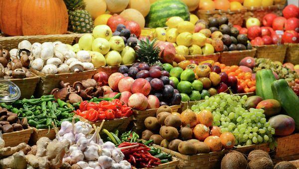 Прилавок с фруктами на рынке - Sputnik International