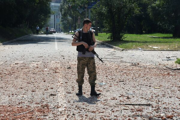 A militia soldier near a residential building in the center of Donetsk, hit by the shelling of the Ukrainian Army. - Sputnik International