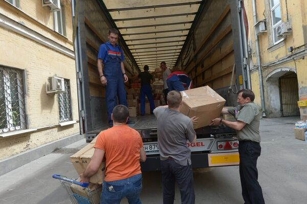 Workers loading into a truck humanitarian aid for residents of eastern Ukraine - Sputnik International