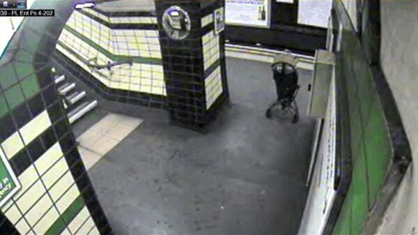 Baby in Buggy Blown Onto London Subway Tracks. CCTV Footage - Sputnik International