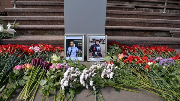 Flowers in front of VGTRK building in memory of journalists, killed in the Ukraine - Igor Kornelyuk and video engineer Anton Voloshin. - Sputnik International