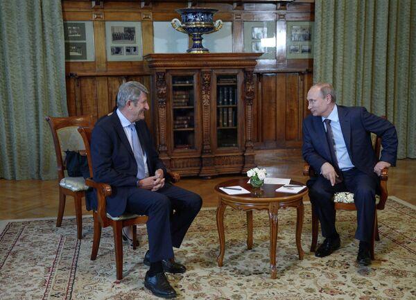 Russian president Vladimir Putin meet with Philippe de Villiers, leader of the Mouvement pour la France party - Sputnik International
