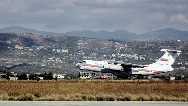 Самолет Ил-76 МЧС России, с российскими гражданами на борту, взлетает из аэропорта Латакии - Sputnik International