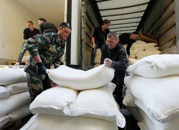 Unloading of Truck With Humanitarian Aid in Luhansk Region - Sputnik International
