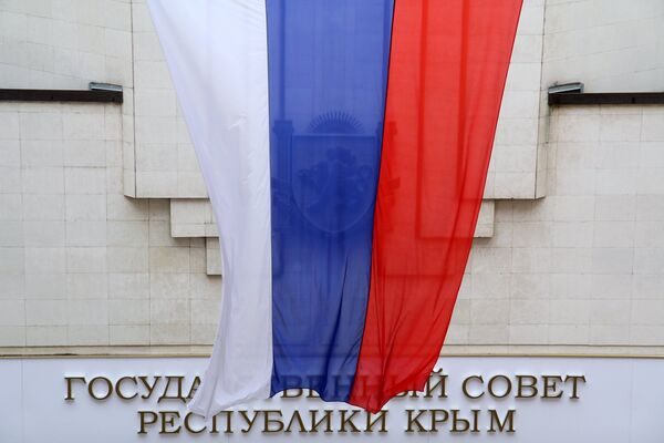 Russian flag at the Crimea State Council during a meeting of the Constitutional Commission on Draft Crimean Constitution - Sputnik International