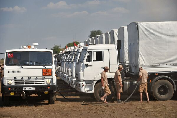 Drives during a stopover. A convoy of 280 Kamaz trucks carrying humanitarian aid to civilians in southeastern Ukraine moves on - Sputnik International