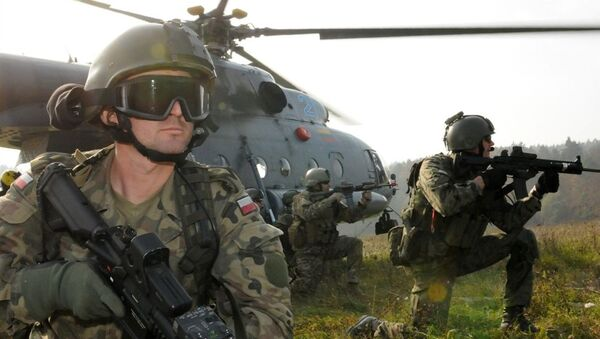 A Polish Special Operations Forces Command soldier, left, provides security alongside U.S. Special Forces Soldiers before exfiltrating on a Lithuanian Mi-17 helicopter as part of a downed aircraft exercise rehearsal held Oct. 14 at the Joint Multinational Readiness Center in Hohenfels, Germany. - Sputnik International