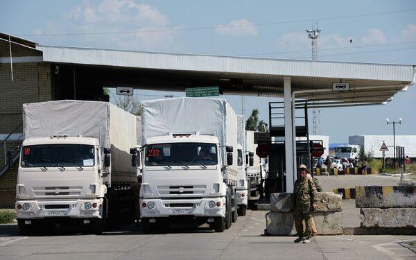 Russia's humanitarian aid convoy leaves Izvarino border crossing point, moves to Luhansk - Sputnik International
