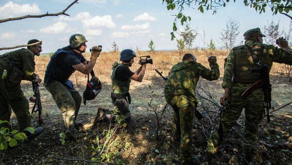 Journalists on the outskirts of Marinovka near the Russian-Ukrainian border - Sputnik International