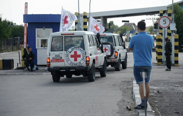 Red Cross` cars and convoy, delivering humanitarian aid for the people of the south-east of Ukraine at the Donetsk checkpoint. - Sputnik International