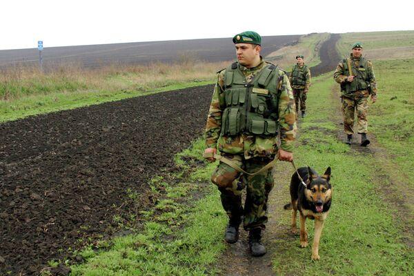Ukrainian border guards at the Russian-Ukrainian border. - Sputnik International