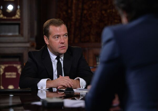 Russian Prime Minister Dmitry Medvedev said Russia may start restricting power supply to Ukraine if the cutoffs in Crimea continue - Sputnik International