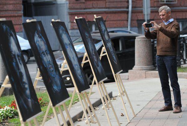 A man photographying portraits of journalists, killed in 'hot spots'. - Sputnik International