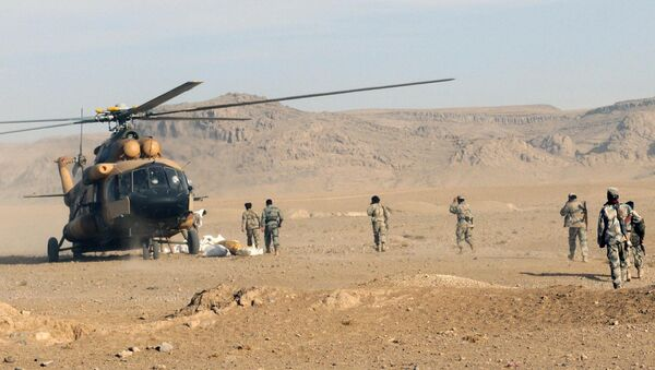Afghan Border Police members and Kandahar Air Wing pilots offload humanitarian aid from an Afghan Air Force Mi-17 helicopter - Sputnik International