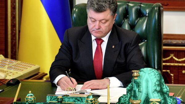 Ukrainian President Petro Poroshenko signs a law - Sputnik International