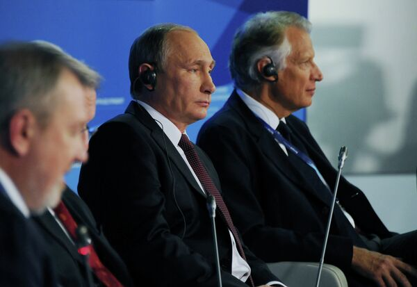 24 October 2014. Russian President Vladimir Putin (center) at the wrap-up session of the 11th Meeting of the Valdai Discussion Club in Sochi. - Sputnik International