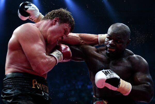 From left: Russia's Alexander Povetkin and Cameroon's Carlos Takam during a fight for the WBC Silver title held at the Rossiya State Central Concert Hall in Luzhniki. - Sputnik International